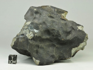 Bassikounou H5 1 kg, fresh regmaglipted specimen with large iron flake on the fusion crust surface